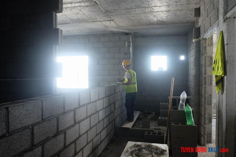 Thợ xây đang làm việc
